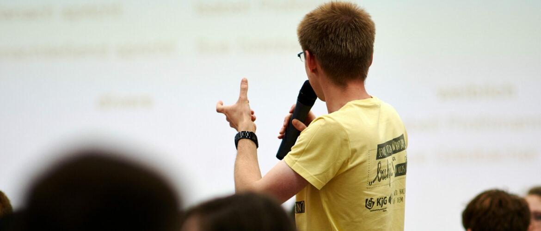 Gremien Mann am Mikrofon